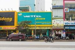 河内,越南- 2015年3月15日:Viettel商店外部正面图Xa丹街道的 商店销售手机,巧妙的设备, tel 免版税库存照片