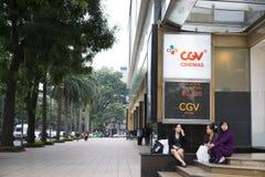 河内,越南- 2014年11月9日:Vincom中心边路在Ba Trieu街道的,当人坐在CGV戏院下带领了显示器 兆 库存图片