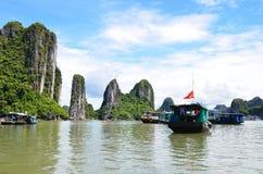 河内,越南- 2016年6月:下龙湾是联合国科教文组织世界遗产名录站点 库存图片