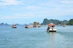 河内,越南- 2016年6月:下龙湾是联合国科教文组织世界遗产名录站点 免版税库存图片