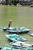 河内,越南- 2016年6月:明轮船通过岩石提供游人风景看法在下龙湾 免版税图库摄影