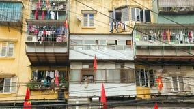 河内,越南- 2014年5月:有杂乱电缆的贫民窟 免版税库存照片