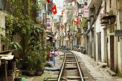 河内,越南- 2014年5月:穿过贫民窟的火车 免版税库存照片