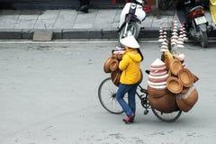 河内,越南- 2014年3月22日,工艺品的由藤条做的卖主,商品和竹子 免版税库存照片