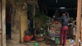 河内,越南- 2015年3月13日:工作者铝罐堆块在回收中心的A的 影视素材
