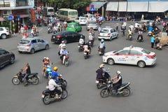 河内,越南- 2015年10月25日:很多摩托车骑士和v 免版税图库摄影