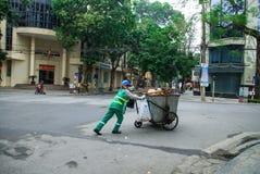 河内,越南-第3位Febnuary, 2014年:收集在河内,越南街道上的工作者垃圾  免版税库存照片