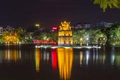 河内, VIETNAT - 2015年7月25日-在Hoan Kiem湖的俏丽的夜 免版税库存图片