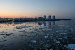 河冰城市大混乱晚上 免版税库存照片