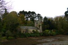 河出海口的老村庄教会 库存图片