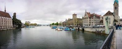 河利马特河和Fraumunster教会全景  免版税库存照片