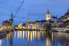 河利马特河在苏黎世的中心在晚上 库存图片