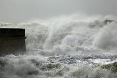 河口风大浪急的海面 免版税库存照片