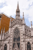 河台伯河的河岸的哥特式教会在罗马意大利 库存图片
