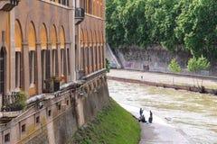 河台伯河的河岸的渔夫在罗马,意大利 免版税库存图片
