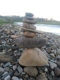 河向小卵石扔石头 图库摄影
