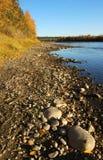 河向谷扔石头 图库摄影