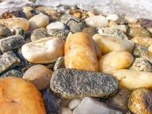 河向细节扔石头 库存照片