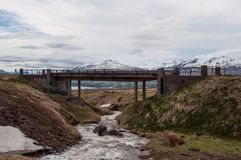 河和一座桥梁在Vadlaheidi山在北部冰岛 免版税库存照片