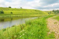 河和一条路沿岸 库存图片