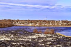 河和乡下视图 库存照片