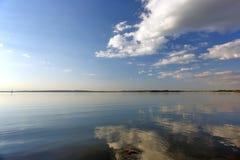 河和云彩与反射在水中 免版税库存图片