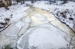 河和冰在一个冷的冬日 库存图片