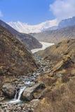 河和喜马拉雅山安纳布尔纳峰basecamp迁徙的足迹,尼泊尔山谷  图库摄影