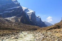 河和喜马拉雅山迁徙安纳布尔纳峰basecamp山的谷,尼泊尔 库存照片