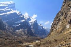 河和喜马拉雅山迁徙安纳布尔纳峰basecamp山的谷,尼泊尔 库存图片