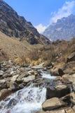 河和喜马拉雅山迁徙安纳布尔纳峰basecamp山的谷,尼泊尔 免版税库存图片