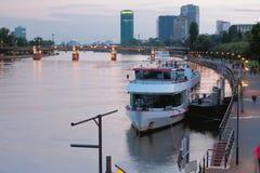 河和城市在晚上 法兰克福德国主要 免版税图库摄影