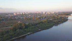 河和城市的鸟瞰图 股票视频