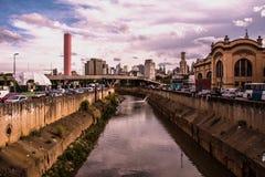 河和大街道在期间的一个南美大城市 免版税库存图片