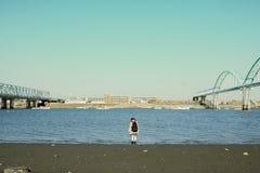 河和女孩 免版税图库摄影