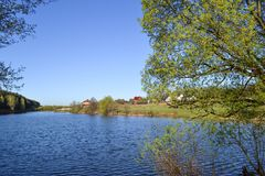 河和它的银行 沿水的双方的树 天空是多云的 免版税图库摄影