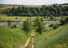 河和小山风景  免版税库存图片