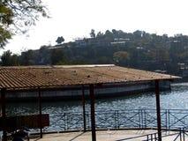 河和小山 免版税库存照片