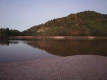 河和山景在冬天 图库摄影