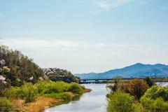 河和山自然风景 免版税库存图片