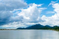 河和山风景 免版税库存照片