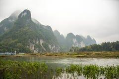 河和山,石灰岩地区常见的地形地形 图库摄影