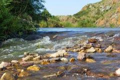 河和岩石 库存图片