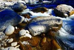 河和岩石 免版税库存照片