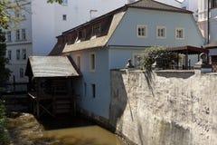 河和恶魔小屋watermill 布拉格 cesky捷克krumlov中世纪老共和国城镇视图 免版税库存照片