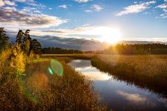 河和日落在秋天 库存照片
