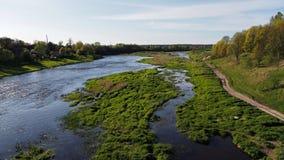 河和春天森林landsacape 图库摄影
