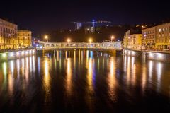 河和桥梁与长的曝光的夜射击 库存图片