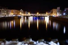 河和桥梁与长的曝光的夜射击 库存照片