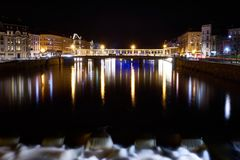 河和桥梁与长的曝光的夜射击 免版税库存照片